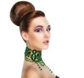 Profilo della donna alla moda con le gemme verdi. Lusso. Profilo aristocratico Fotografie Stock Libere da Diritti