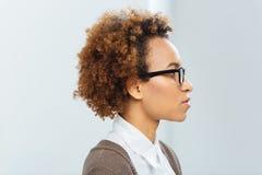 Profilo della donna di affari afroamericana in vetri Fotografia Stock Libera da Diritti