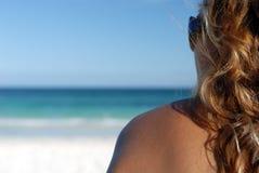 Profilo della donna sulla spiaggia fotografia stock libera da diritti