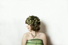 Profilo della giovane donna che indossa cappuccio verde d'annata Immagine Stock Libera da Diritti