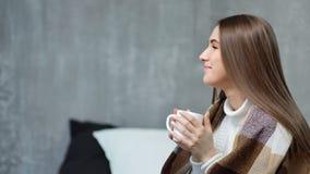 Profilo della ragazza felice attraente che gode tenendo tazza calda a mano che provano ad ottenere scaldantesi video d archivio