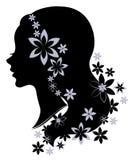 Profilo della siluetta di una testa sveglia di signora s La ragazza ha bei capelli lunghi, decorati con i fiori Adatto a logo, pu illustrazione vettoriale
