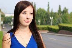 Profilo delle ragazze accanto alla strada Fotografie Stock