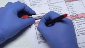 Profilo di ANA, medico che controlla malattia nello spazio in bianco del laboratorio, mostrante campione di sangue in tubo video d archivio