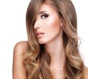 Profilo di bella donna con capelli ondulati lunghi Immagini Stock Libere da Diritti
