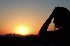 Profilo di bella ragazza nelle meditazioni e nelle riflessioni Fotografia Stock Libera da Diritti
