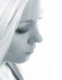 Profilo di bella ragazza triste nei toni blu Immagini Stock