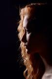 Profilo di giovane donna pensierosa Fotografia Stock Libera da Diritti