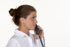 Profilo di giovane donna sul telefono fotografia stock libera da diritti