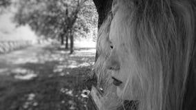 Profilo di un adolescente femminile in bianco e nero fotografia stock libera da diritti