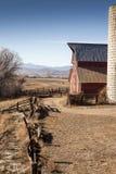 Profilo di un granaio e di un silo rossi Fotografie Stock