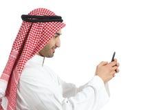 Profilo di un uomo saudita arabo degli emirati che per mezzo di uno Smart Phone Fotografie Stock Libere da Diritti