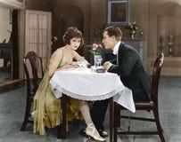 Profilo di una coppia che si siede ad una tavola (tutte le persone rappresentate non sono vivente più lungo e nessuna proprietà e Fotografia Stock