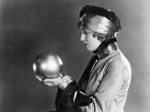 Profilo di una donna che tiene una palla di metallo (tutte le persone rappresentate non sono vivente più lungo e nessuna propriet immagini stock