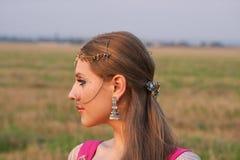 Profilo di una donna con monili indiani Fotografia Stock