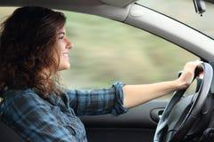 Profilo di una donna felice che conduce un'automobile Fotografie Stock Libere da Diritti