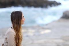 Profilo di una donna pensierosa sulla spiaggia nell'inverno Fotografia Stock Libera da Diritti