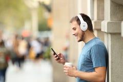 Profilo di una musica d'ascolto del tipo sulla linea sulla via Immagine Stock