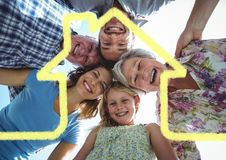 Profilo domestico con la multi famiglia della generazione che sta nel fondo Immagine Stock Libera da Diritti