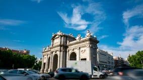 Profilo e rotatoria di Puerta de Alcala al rallentatore stock footage