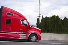 Profilo funzionamento rosso del trattore del camion dei semi della carrozza del grande impianto di perforazione di alto sul Th Immagine Stock Libera da Diritti
