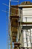 Profilo laterale di una casa in costruzione con le assicelle delle mattonelle e dell'armatura sul tetto Fotografie Stock Libere da Diritti