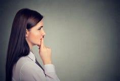 Profilo laterale di una giovane donna premurosa Immagine Stock