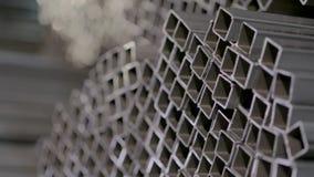 Profilowa drymba w zakrywającym magazynie, profil drymba kłaść w rzędach w ampuła magazynie, magazyn z metalem zbiory