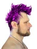 Profilowa fotografia mężczyzna z purpurowym mohawk isola Zdjęcie Royalty Free