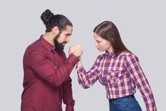 Profilowy bocznego widoku portret brodaty mężczyzna i kobieta w przypadkowym st zdjęcia stock