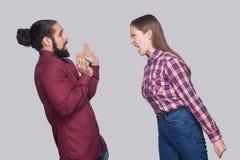 Profilowy bocznego widoku portret gniewna kobiety pozycja, krzyczeć i zdjęcia royalty free