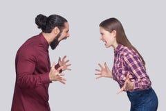 Profilowy bocznego widoku portret gniewny brodaty mężczyzna i kobieta w cas obrazy stock