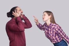 Profilowy bocznego widoku portret stoi a i wini gniewna kobieta zdjęcie stock