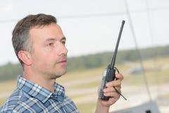 Profilowy mężczyzna używa walkie talkie Obrazy Stock
