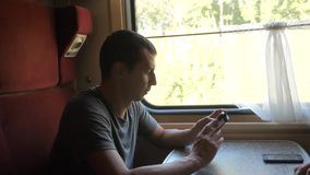 Profilowy portret młody pozytywny mężczyzny podróżnik, ono uśmiecha się przez obrazków przez ogólnospołecznych styl życia środków zbiory wideo