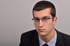 Profilowy portret moda młody człowiek z szkłami w czarnym su Fotografia Royalty Free