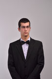 Profilowy portret moda młody człowiek z szkłami w czarnym su Obrazy Stock