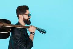 Profilowy portret przystojny młody męski muzyk Obrazy Stock