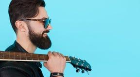 Profilowy portret przystojny młody męski muzyk Zdjęcia Royalty Free