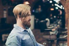 Profilowy portret srogi elegancki czerwony brodaty mężczyzna w fryzjerze męskim sh fotografia stock