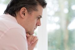 Profilowy widok Zmartwiony Dorośleć mężczyzna W Domu zdjęcia stock