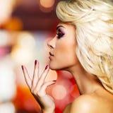 Profilportarit av glamourkvinnan med rött spikar Royaltyfri Foto