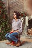 Profilporträt der Frau auf hölzernem Schaukelpferd stockbilder