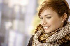 Profilporträt der jungen Frau mit Schal lizenzfreies stockfoto
