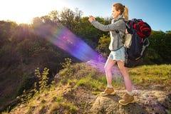 Profilporträt des glücklichen sportlichen Frauenreisenden Weibliches Modell tun lizenzfreies stockfoto
