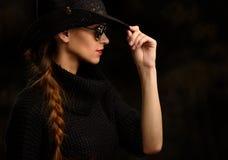 Profilporträt des hübschen Mädchens Stockfotografie