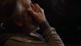 Profilporträt des müden älteren Mannes reibt seine Augen an der Dunkelkammer stock footage