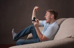 Profilportrait eines aufgeregten gamer Stockbild