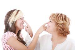 Profils de fille et de mère, femme espiègle avec le nez Photos libres de droits