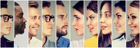 Profils du regard multiculturel et des femmes d'hommes des jeunes image libre de droits